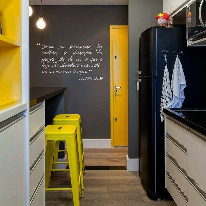 Do lado interior da cozinha, pode-se inserir gavetas e armários embaixo do balcão.