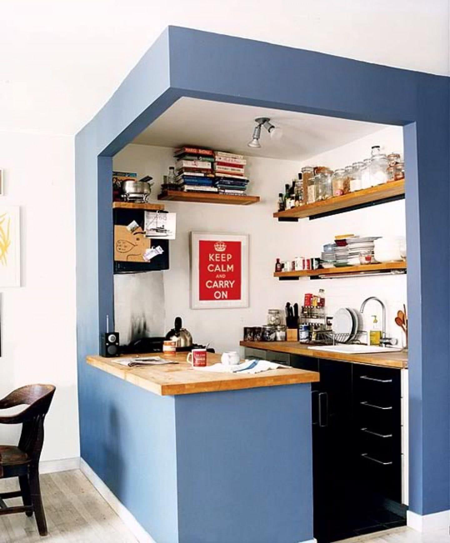 As prateleiras ajudam a armazenar os itens dessa cozinha.
