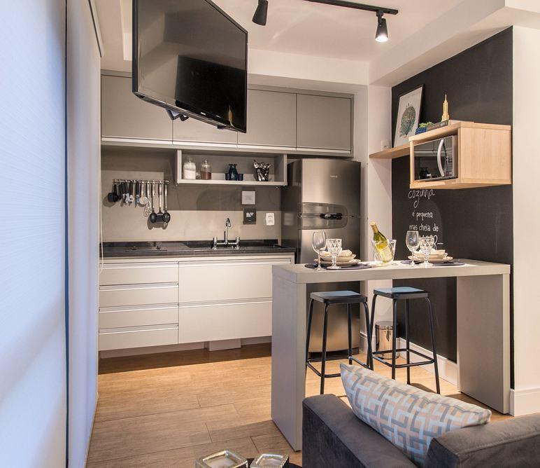Ideal para apartamentos studios, onde a bancada serve como uma mesa de refeições.