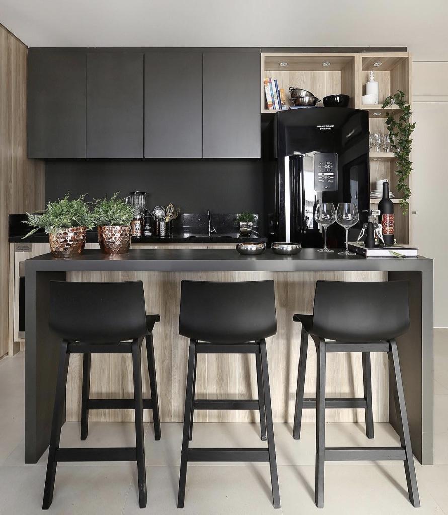 A bancada consegue dividir a área da cozinha e sala de jantar de forma mais leve do que uma parede.