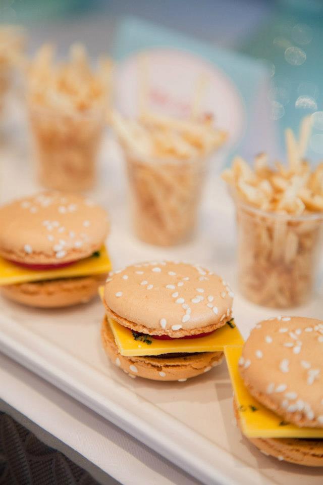 Festa anos 50 cardápio: fritas no copo e macarons em formato de cheeseburger.