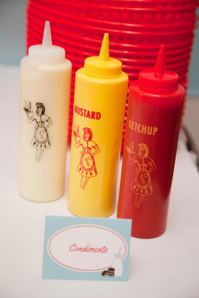 Capricho em todos os pontos da festa: até as embalagens de condimentos entram na onda dos anos 50!