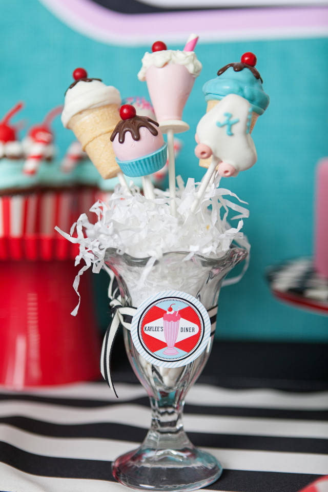 Cake pops decorados com pasta americana.