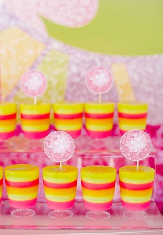 Os tags de globo espelhado dão mais destaque às gelatinas em camadas coloridas!