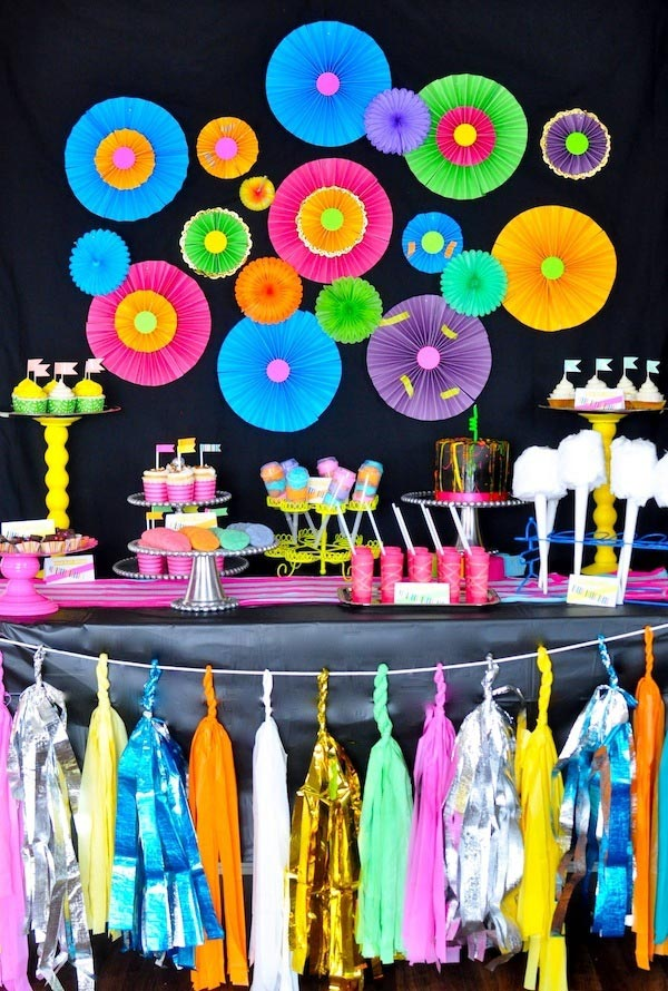 Festa temática anos 80: um pé no neon.