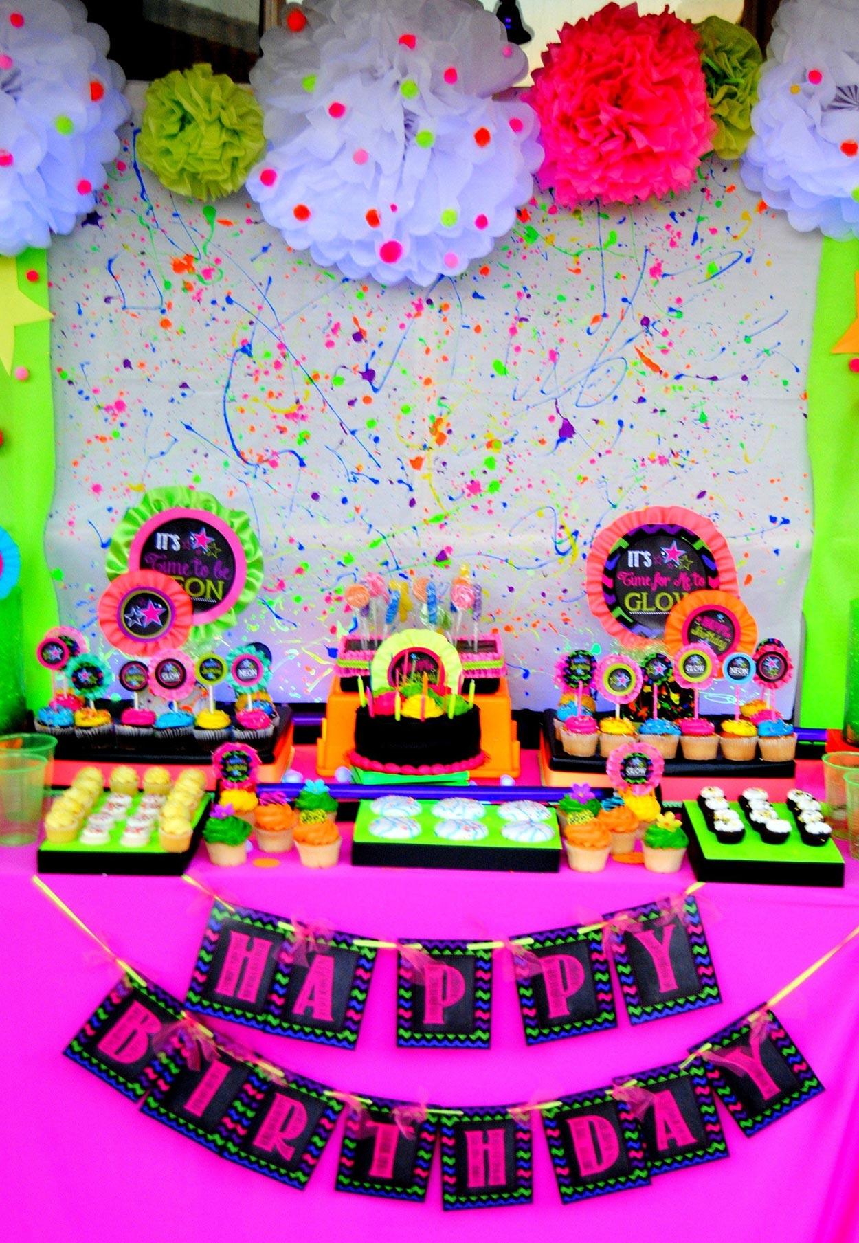 A composição da mesa do bolo é meio bagunçada propositadamente, com as variações de cores que preferir!