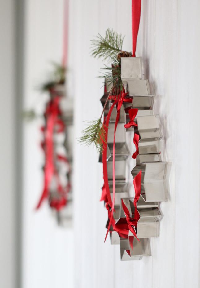 Cortadores de biscoitos formam uma diferenciada guirlanda de Natal!