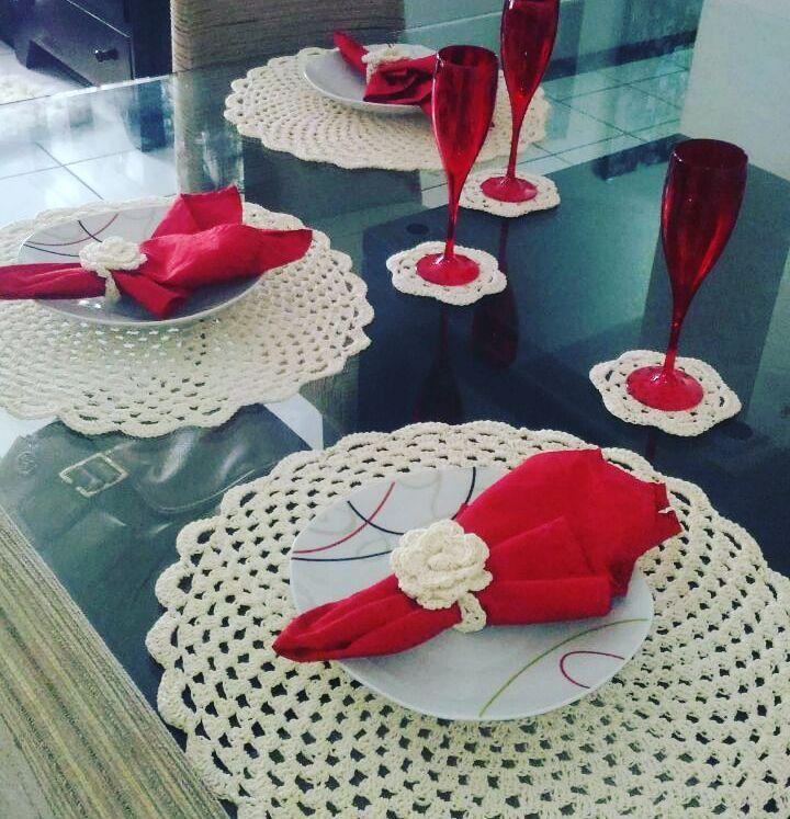 O crochê off-white é uma opção que combina com qualquer jogo de mesa, aposte nesta ideia para usar louças e guardanapos coloridos em conjunto.