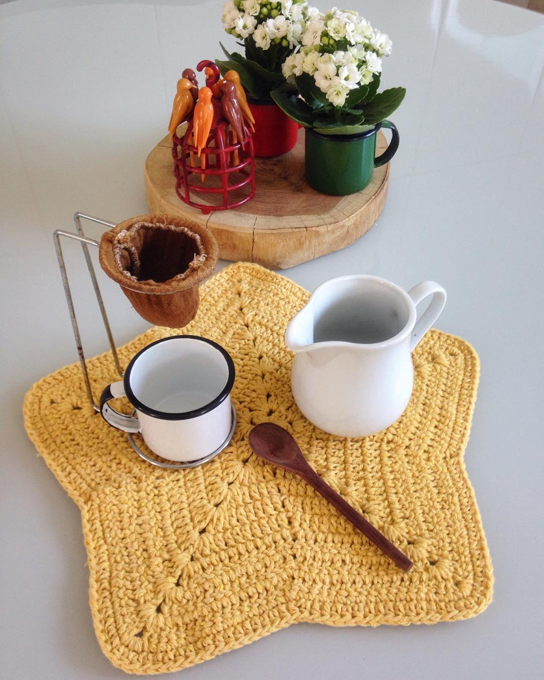 Aposte em um formato inusitado para sua mesa de chá, este segue o de uma linda estrela com barbante amarelado.