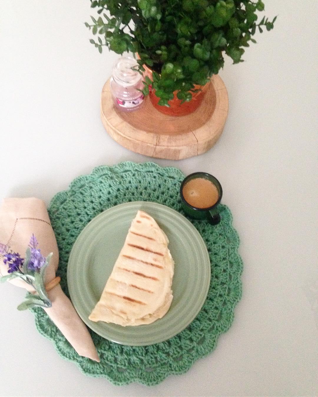 Modelo de sousplat de crochê na cor verde água.