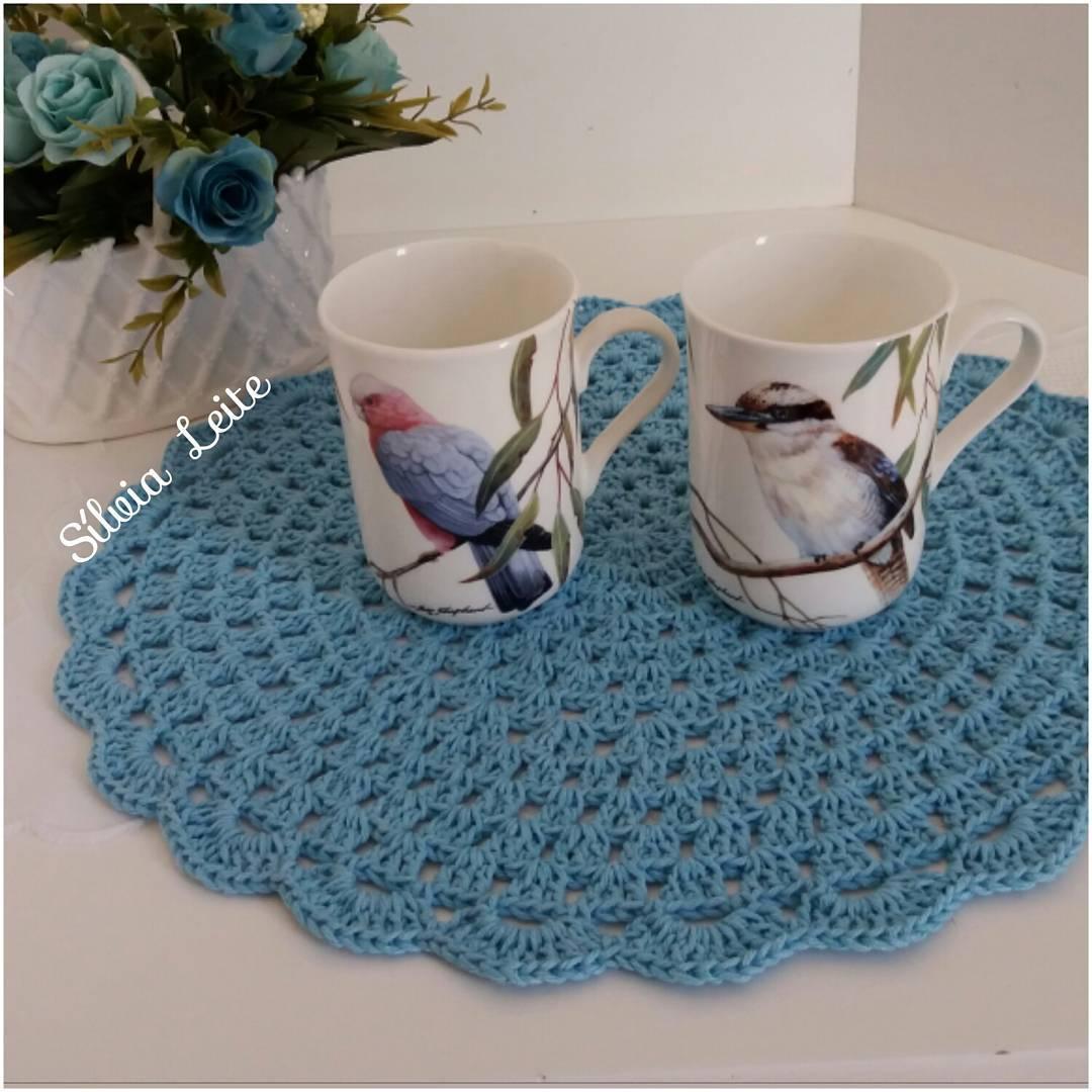 Perfeito para chá e o café da tarde: protege a mesa e ainda é muito elegante. Aqui ele combina ainda com o vaso de flores.