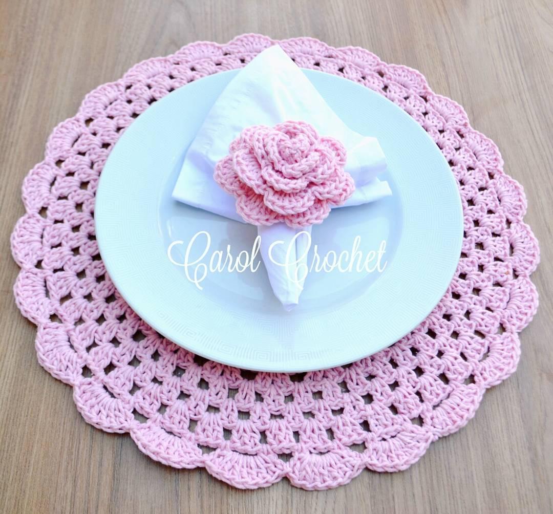 O rosa é uma cor feminina e sempre bem-vinda. Para completar, uma bela flor de crochê foi disposta sobre o prato.
