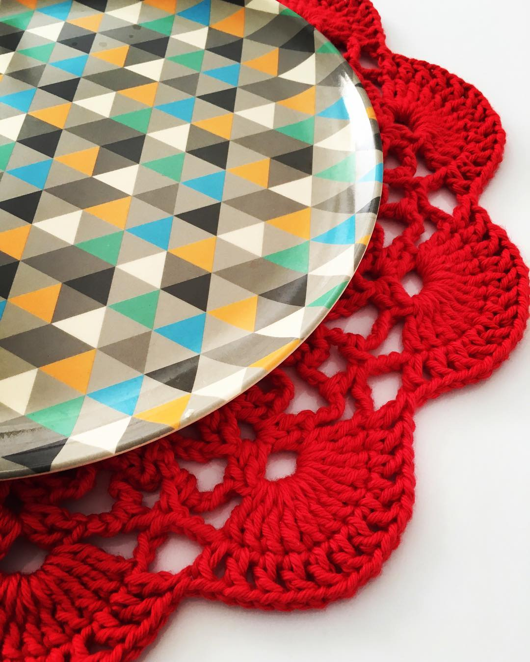 Modelo de sousplat de crochê vermelho para se inspirar.