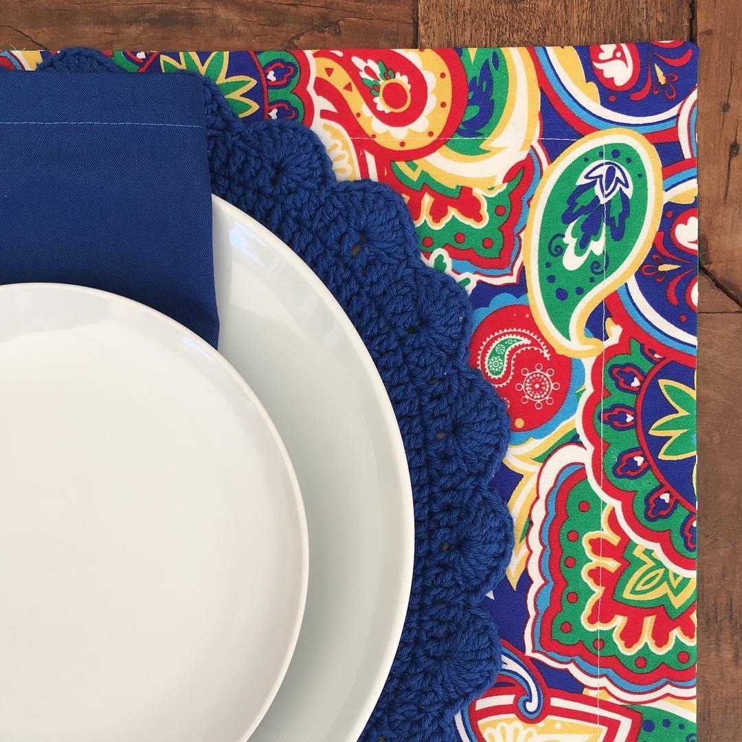 O tom sóbrio do azul marinho combina perfeitamente com o jogo americano multicolorido e cheio de estampas.