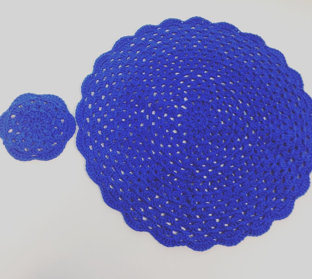 Faça um sousplat de crochê com modelo de porta copo utilizando o mesmo barbante.