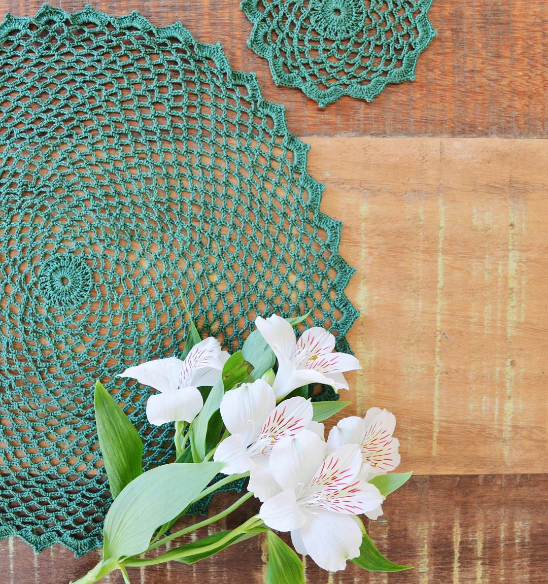 Um sousplat de crochê com toque delicado para a mesa.