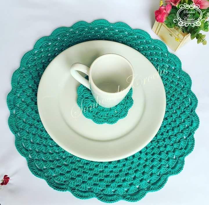 Aposte em uma cor vibrante para combinar o sousplat com as louças. Aqui há ainda um pequeno porta copo em crochê para a xícara.