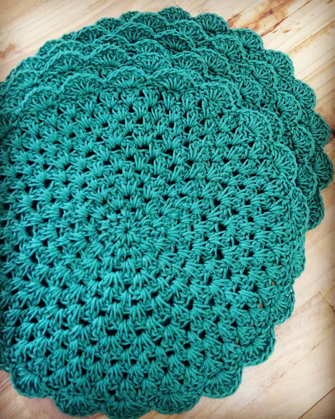 Sousplat de crochê verde para complementar a sua decoração.