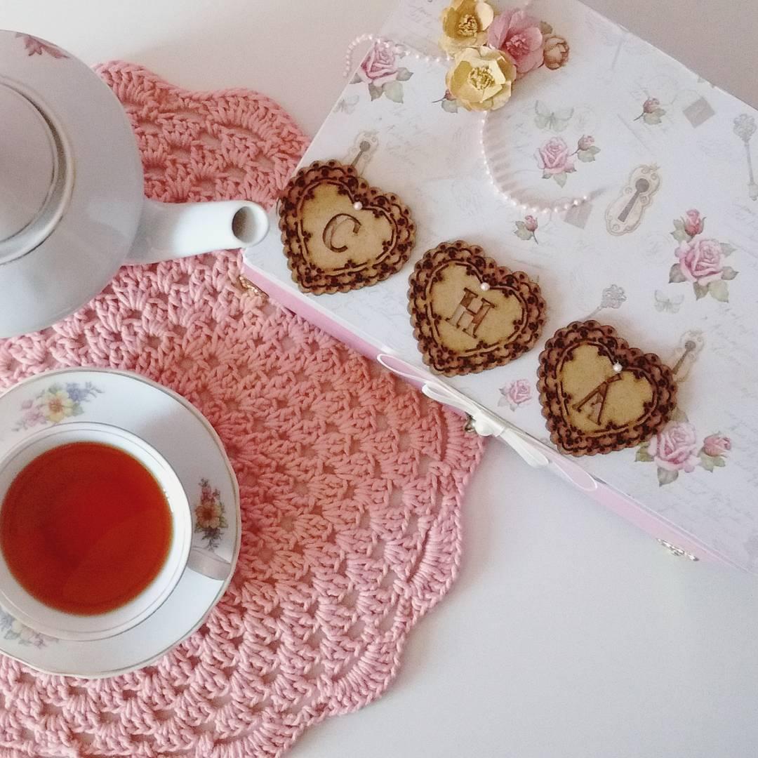 Deixe o chá da tarde mais aconchegante com um sousplat para a xícara e o bule.