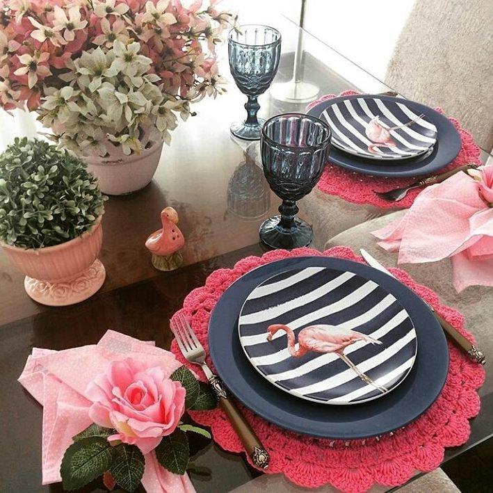 Sousplat de crochê rosa para uma mesa feminina e delicada.
