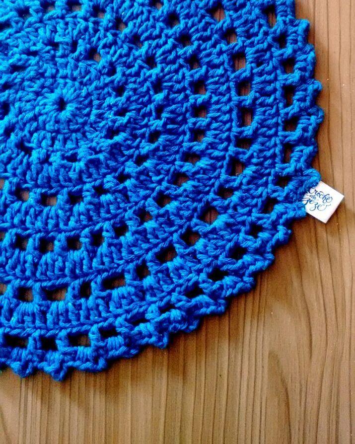 Modelo de sousplat de crochê azul vibrante para a mesa.