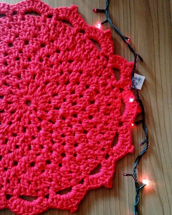 Aposte no vermelho para fazer um sousplat para a decoração natalina.