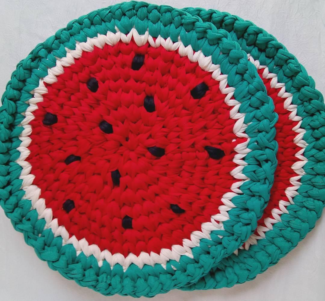 Para quem é fã das frutinhas: modelo de sousplat de crochê com formato de melancia.