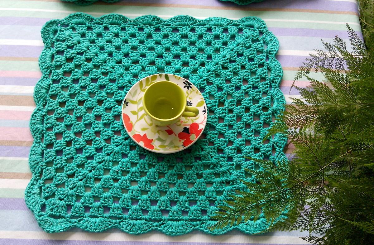 Além do tradicional modelo redondo, o sousplat de crochê quadrado também é uma opção para dispor sobre a mesa.