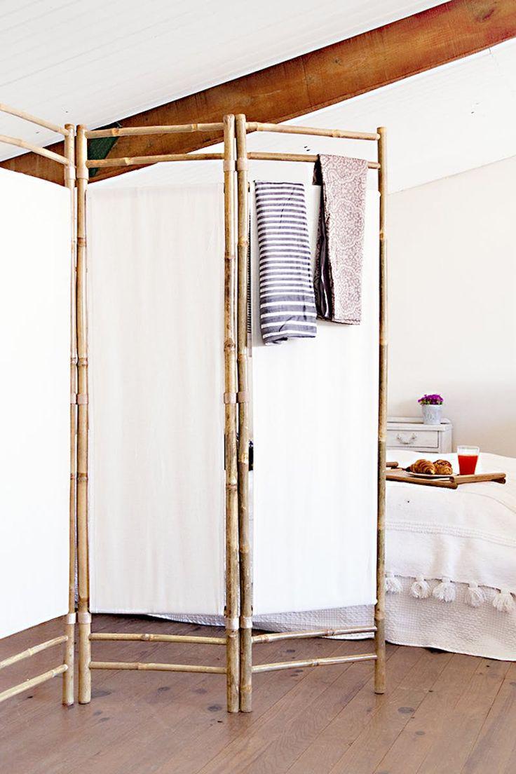 Os biombos foram estruturados por bambu, porém o fechamento com tecido branco