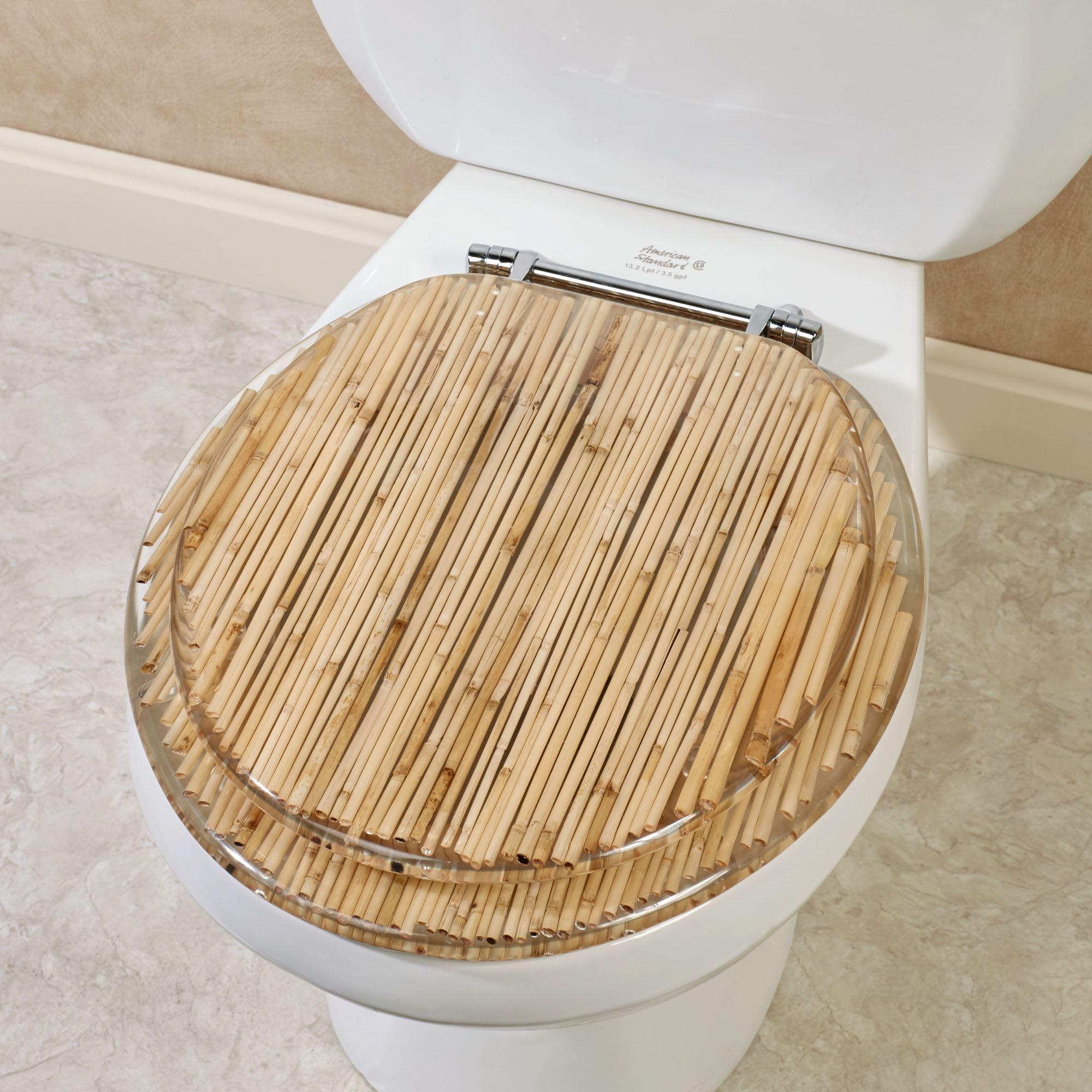 Vaso sanitário com detalhes em bambu