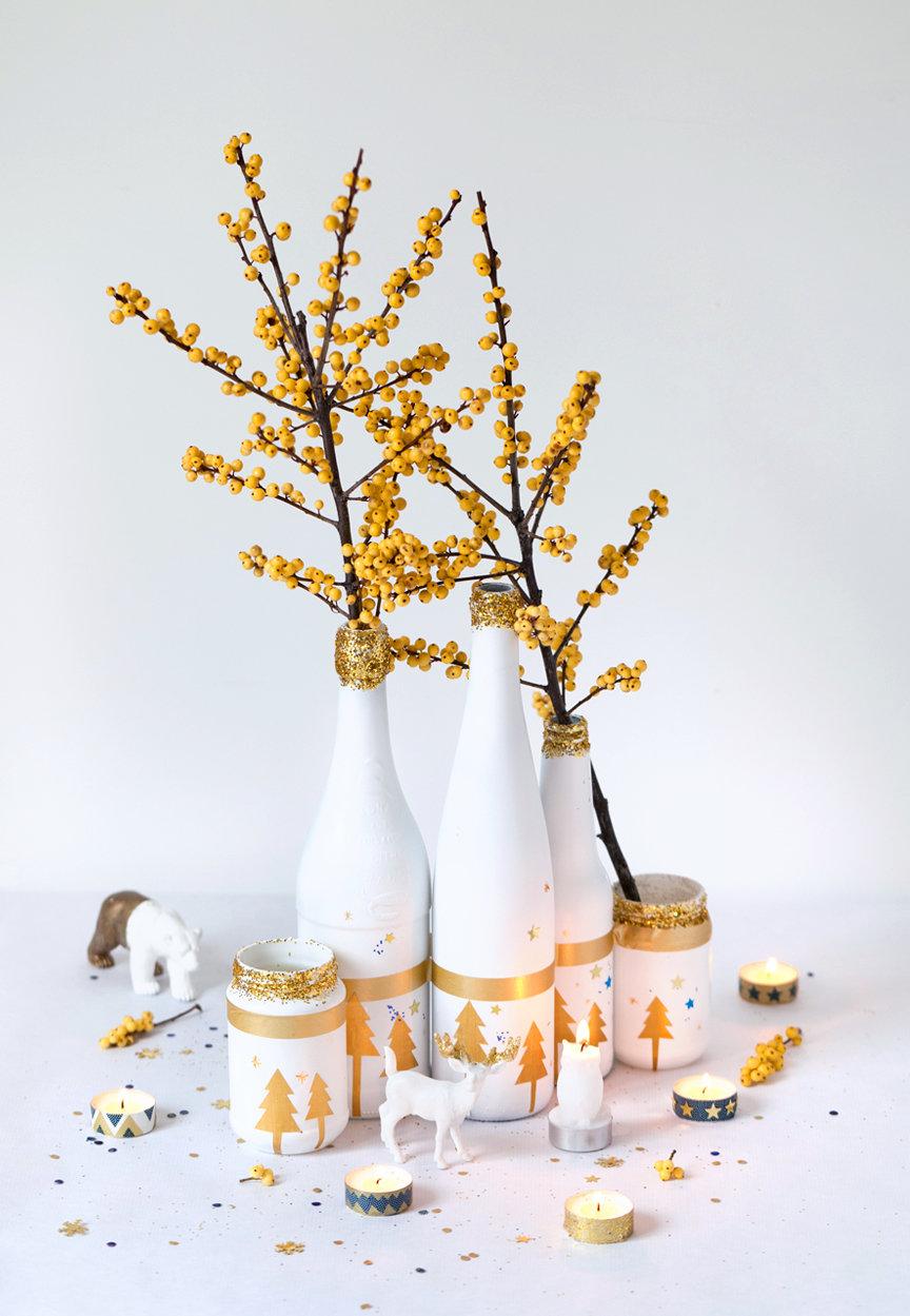 Garrafas decoradas com motivos natalinos.