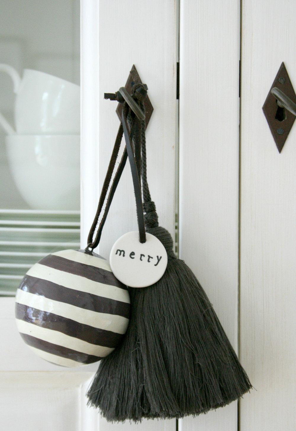 Decoração de natal simples: pendentes em locais estratégicos, na porta da cozinha.