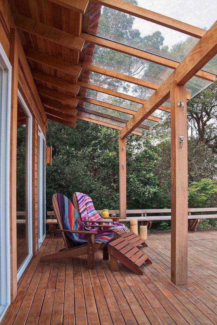 Seguindo a linha da arquitetura da casa, a estrutura em madeira não deixou a desejar