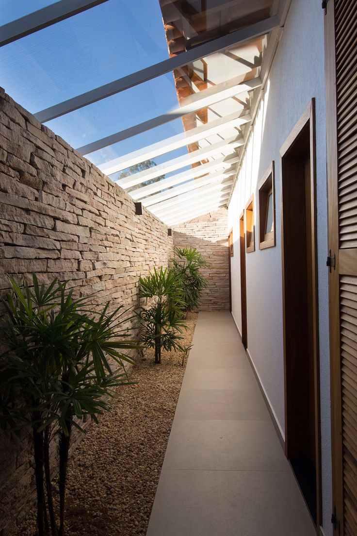 Corredor externo com telhado de vidro