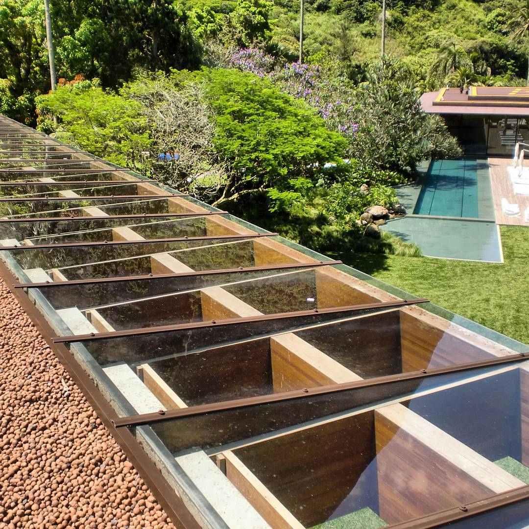 Telhado de vidro com estrutura de madeira