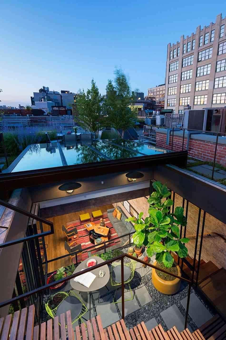 O grande telhado em vidro consegue cobrir toda a área social da residência