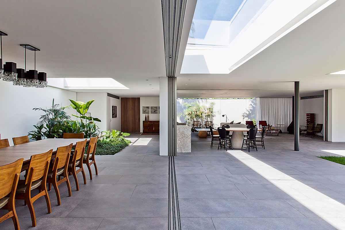 A integração dos espaços se dá pelo telhado de vidro