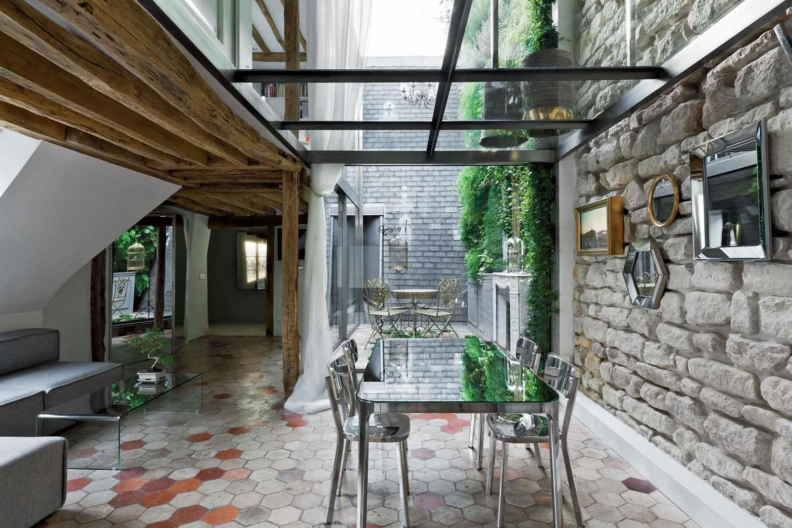 Mesmo em ambientes rústicos, o telhado de vidro é bem vindo!