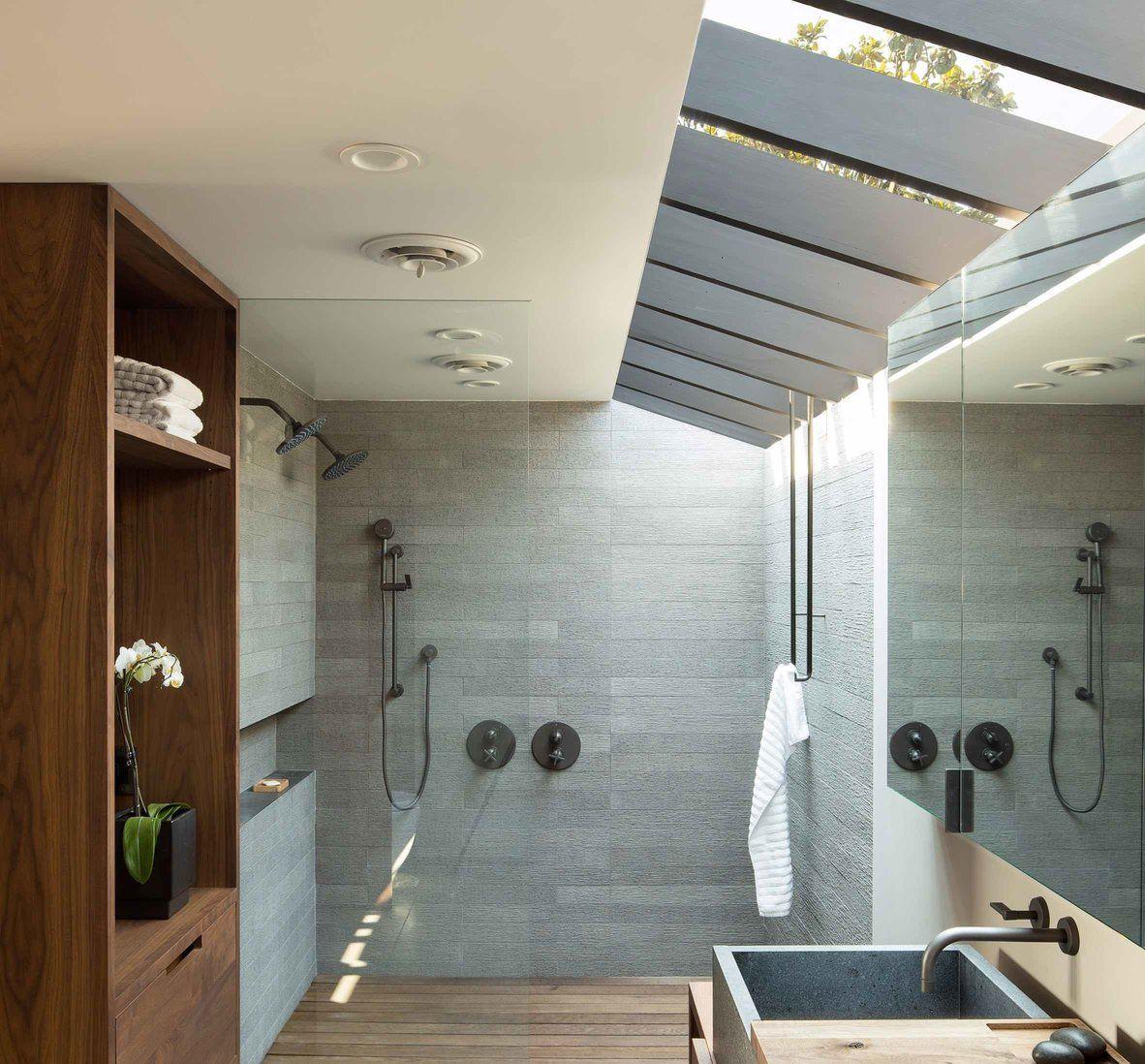 Banheiro com telhado de vidro