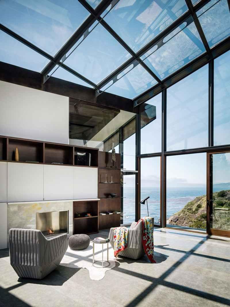 O projeto do telhado de vidro se estende para a superfície vertical, deixando a ligação com o externo muito mais evidente