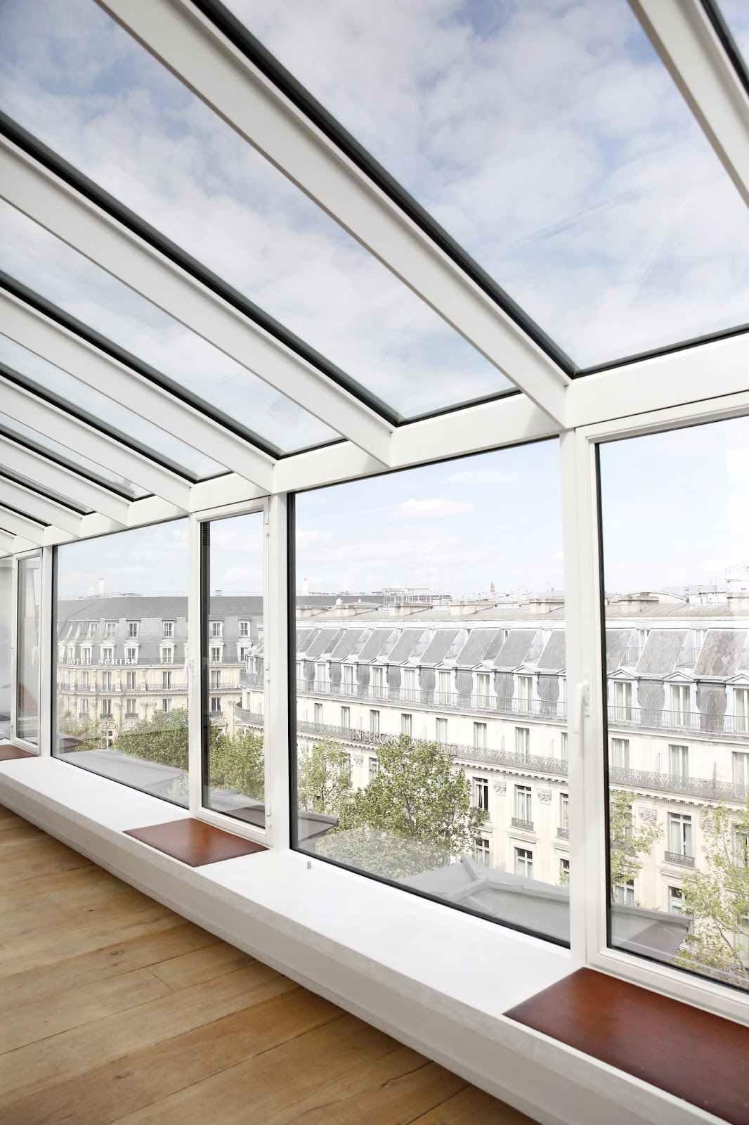 Aproveite a área das grandes janelas para ampliar o visual da paisagem