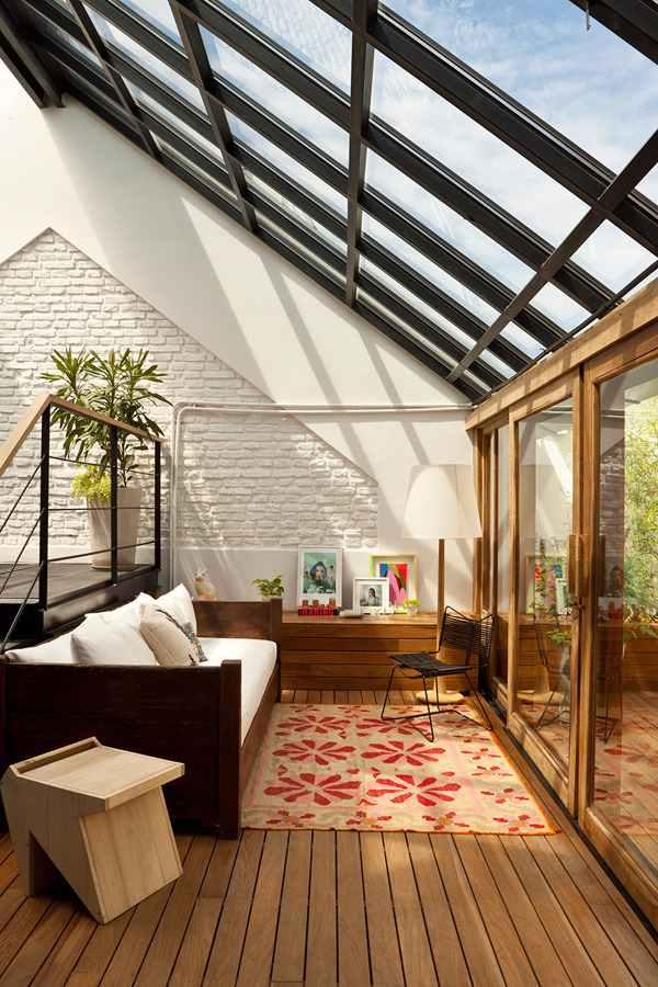 A casa estilo loft ganha muito mais identidade com os telhados de vidro