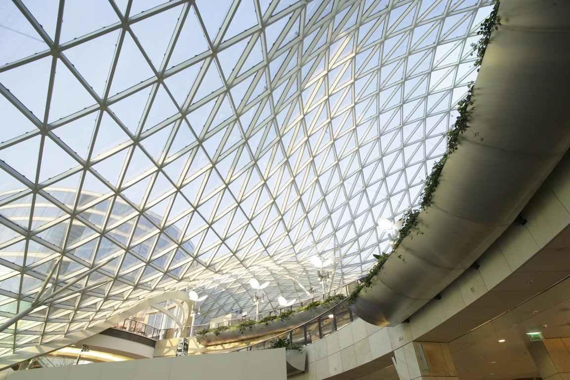 A cobertura em vidro pode ganhar um desenho diferenciado através de sua estrutura metálica
