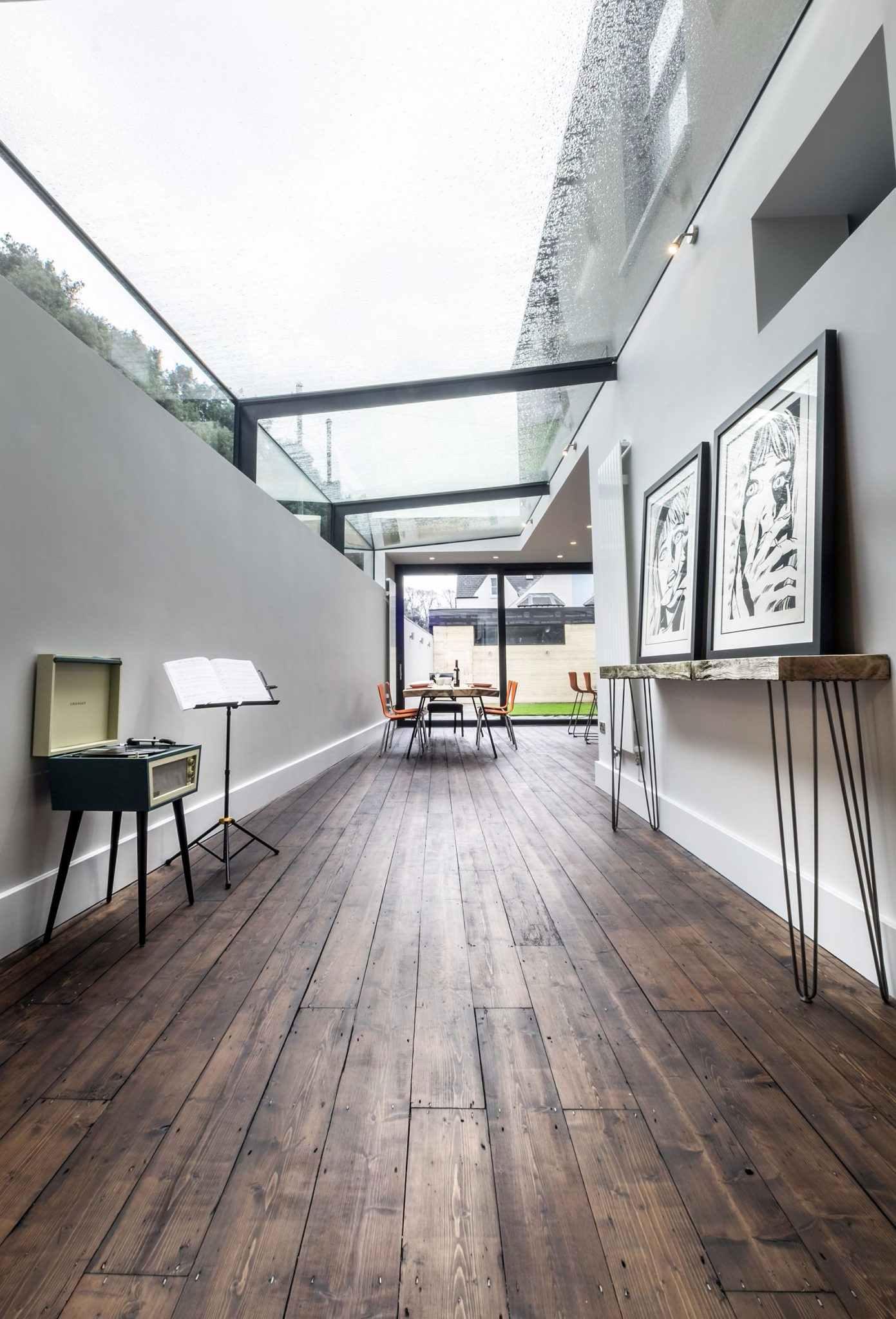 Para deixar o corredor mais amplo, a solução é optar por uma cobertura de vidro