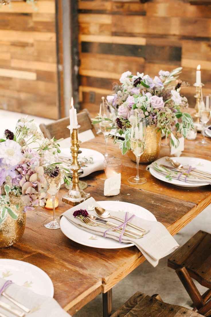 Dourado nas louças e talheres dispostos na mesa dos convidados.