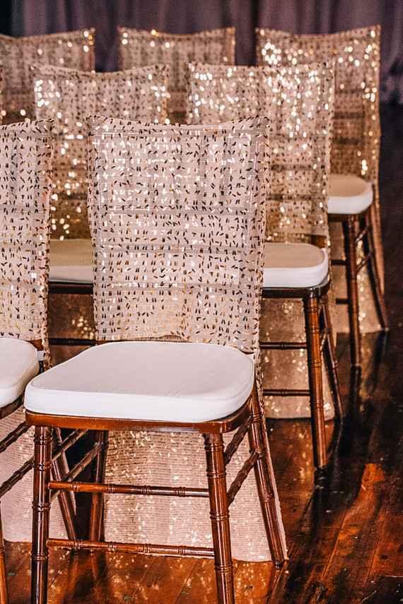 Até as cadeiras se rendem ao dourado!