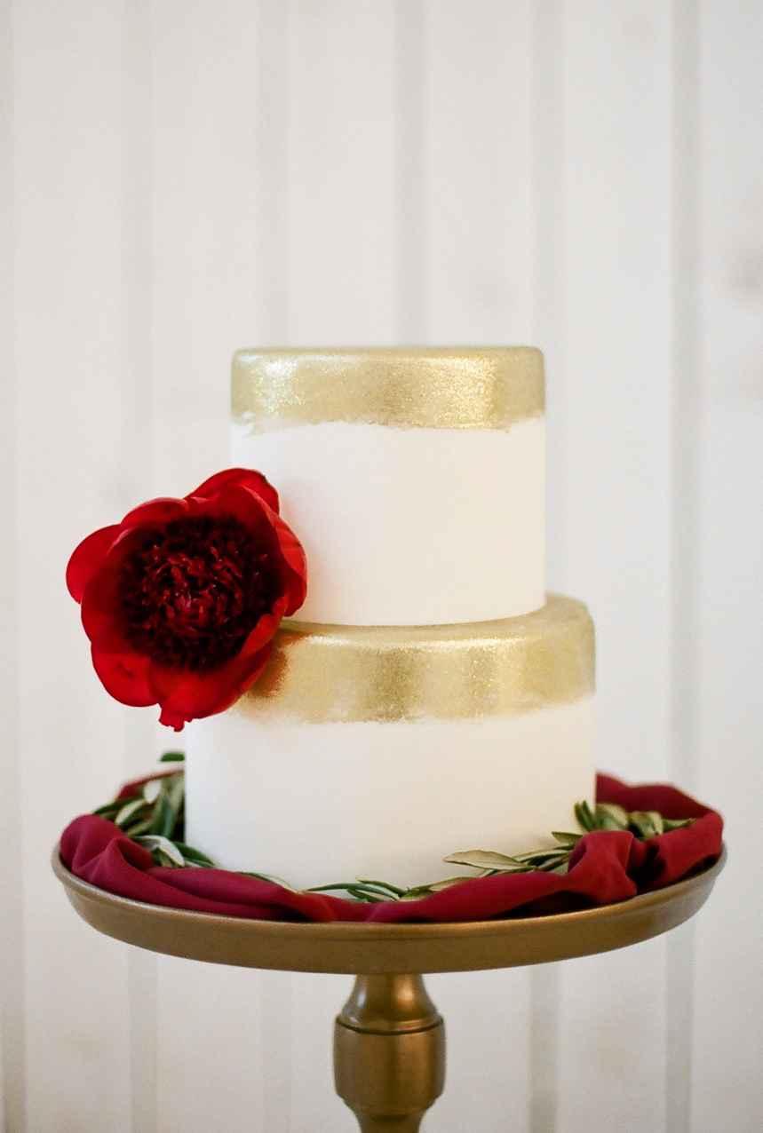 Bolo branco com dourado para casamento.