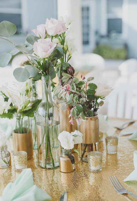 Vasos dourados para decoração.