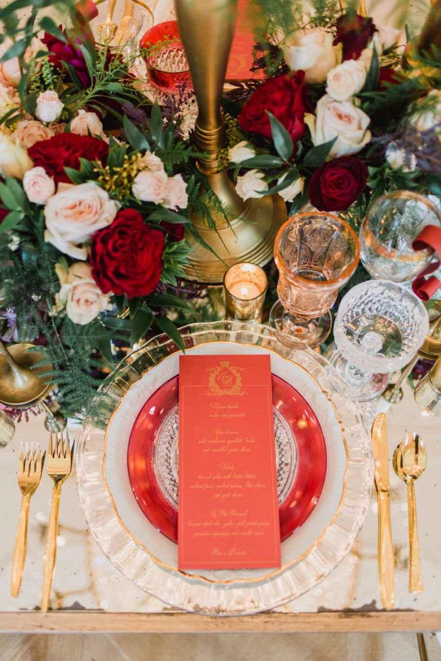 Decoração de casamento dourado e vermelho.