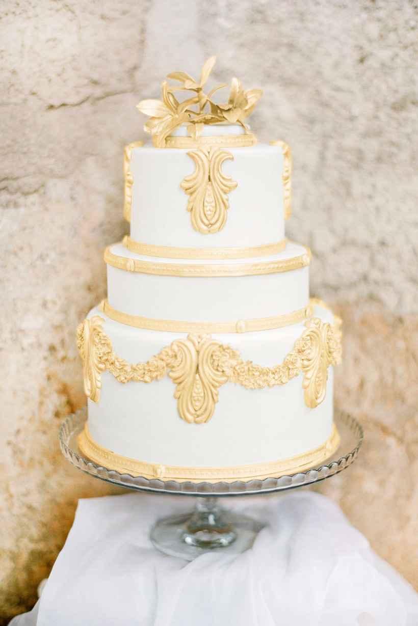 Bolo de casamento branco e dourado 2 andares.